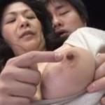【熟女アダルト動画】身体を求めてくる息子を受け入れる五十路熟女