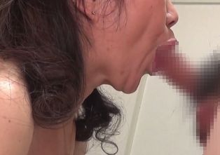 【無修正 熟女動画】太めの60代おばさんにフェラチオさせておまんこへ挿入!