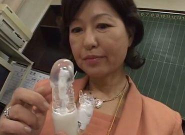 [里中亜矢子] 女校長が生徒から没収したバイブでオナニー