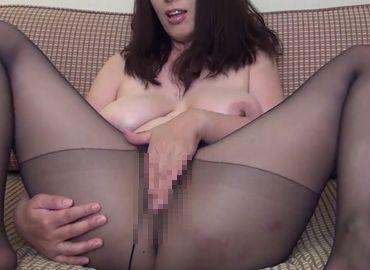 【無修正】巨乳垂れ乳熟女がノーパンストッキング姿でおまんこをチェックされる!
