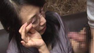 60代夫婦の営み方無料動画 老眼鏡をかけて久し振りのペニスを観察する還暦熟女