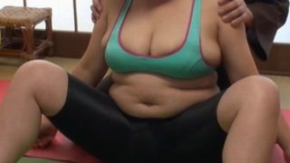 【xvidos.com】ヨガ教室でセクハラを受けてオマンコを濡らす熟女達