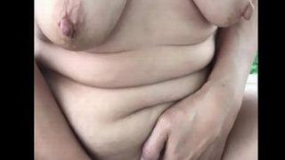 ムシゅうせい 友達の巨乳熟女が野外で全裸オナニーを披露