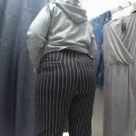 【覗見 撮影動画】試着室で購入する服に悩む豊満おばさん