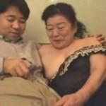 【本日の人妻熟女動画】高齢熟女のおばあさんがお風呂に入ってセックス