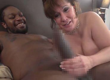 【無修正】黒人のデカチンにうっとりする高齢熟女!