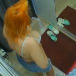【覗見 撮影動画】お店の試着室で下着姿になる赤毛のおばさん